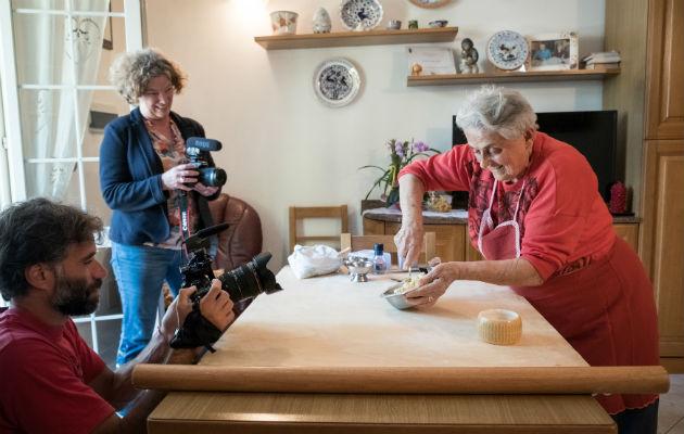 Abuelas tienen un papel estelar, haciendo pasta a la antigua