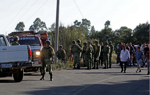 Soldados vigilando la zona donde ocurrió la explosión en Santa Cruz Alpuyeca, Puebla. Foto:EFE.(