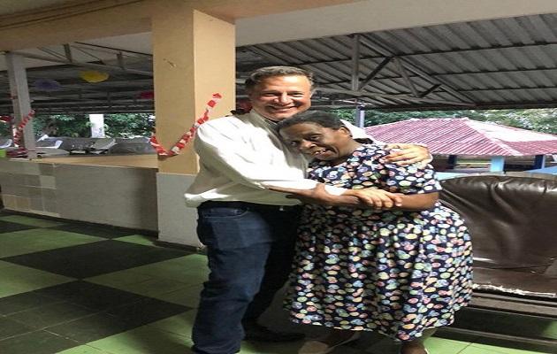 Expresidente Juan Carlos Varela recibe cariño en el Hogar Bolívar