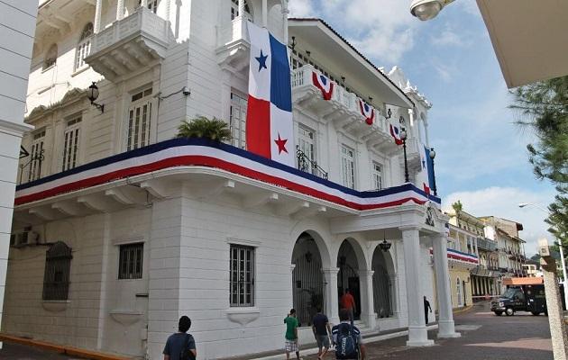 Buffet y seminario de lujo para funcionarios de la presidencia en Playa Bonita