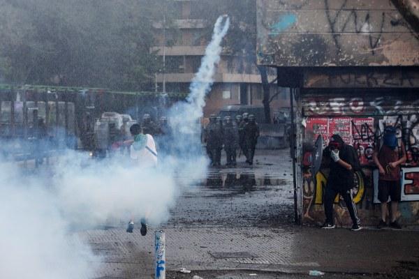 Una adolescente de 15 años y un hombre están graves tras ser golpeados con bombas lacrimógenas
