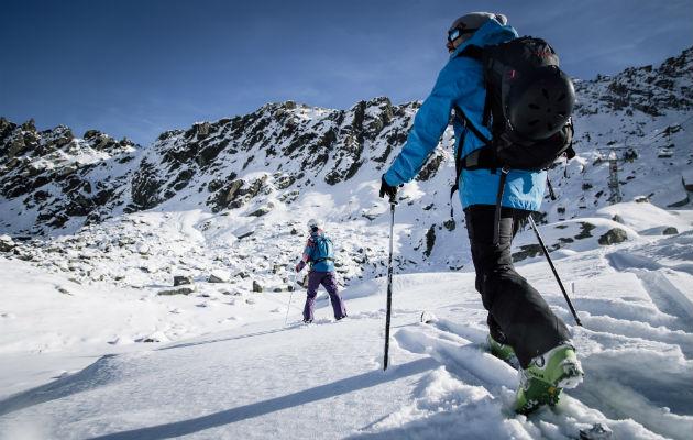 Esquiadores evitan telesillas para llegar a la cima