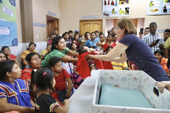 Primera dama Yazmín de Cortizo entrega cunas de cartón en la comarca Ngäbé Buglé