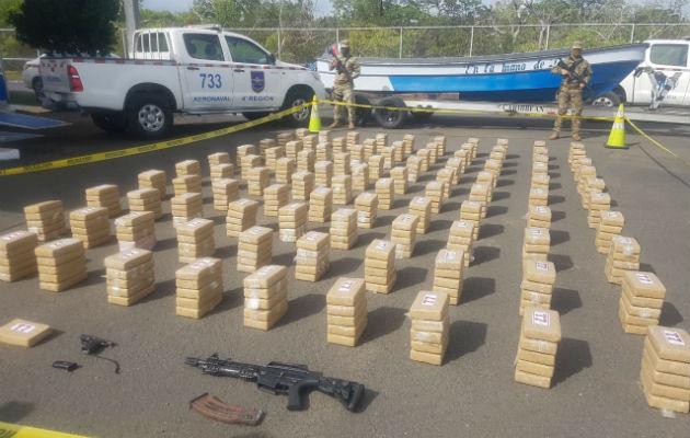 Incautan 500 paquetes de droga a borde de una lancha cerca de Punta Mala