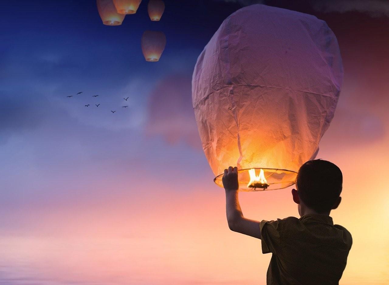 Ministerio de Ambiente recomienda celebrar sin los globos del deseo