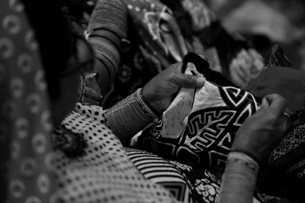 Una mujer de la etnia guna confecciona una mola. Las