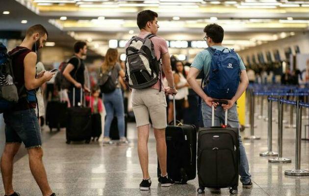Impuesto del 30 por ciento para viajar al exterior desafía a la clase media argentina