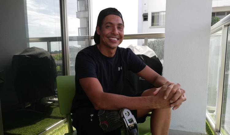 César Barría celebra su más reciente logro en el Oceanman de Cancún y va por mar abierto. Miriam Lasso