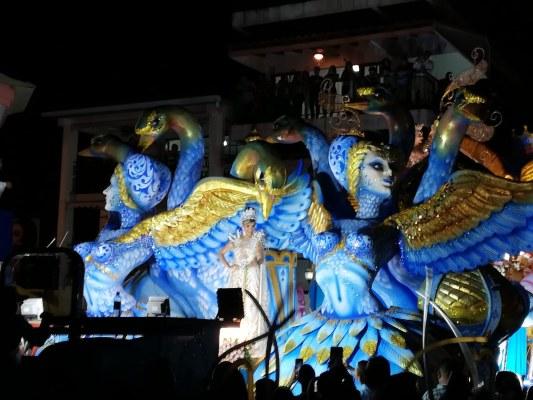 Azuerences reciben el año 2020 en un ambiente de Carnaval