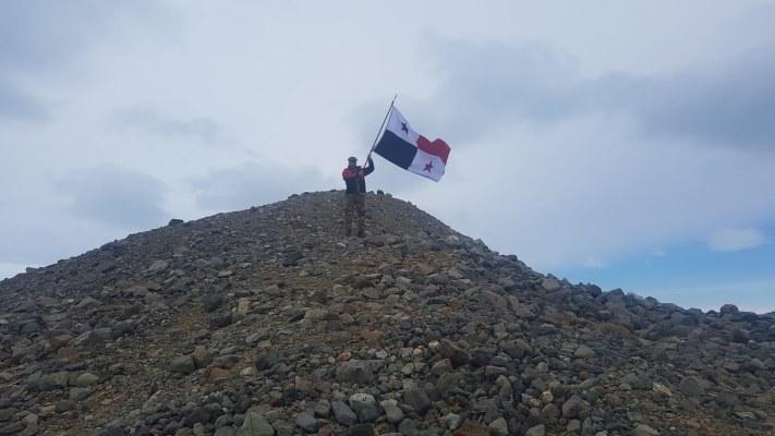 Capitán del Senan ondea la bandera panameña en una misión científica en la Antártida