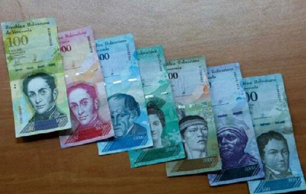 Venezolanos han visto cómo su moneda, el bolívar, se depreció frente al dólar en más del 23 por ciento