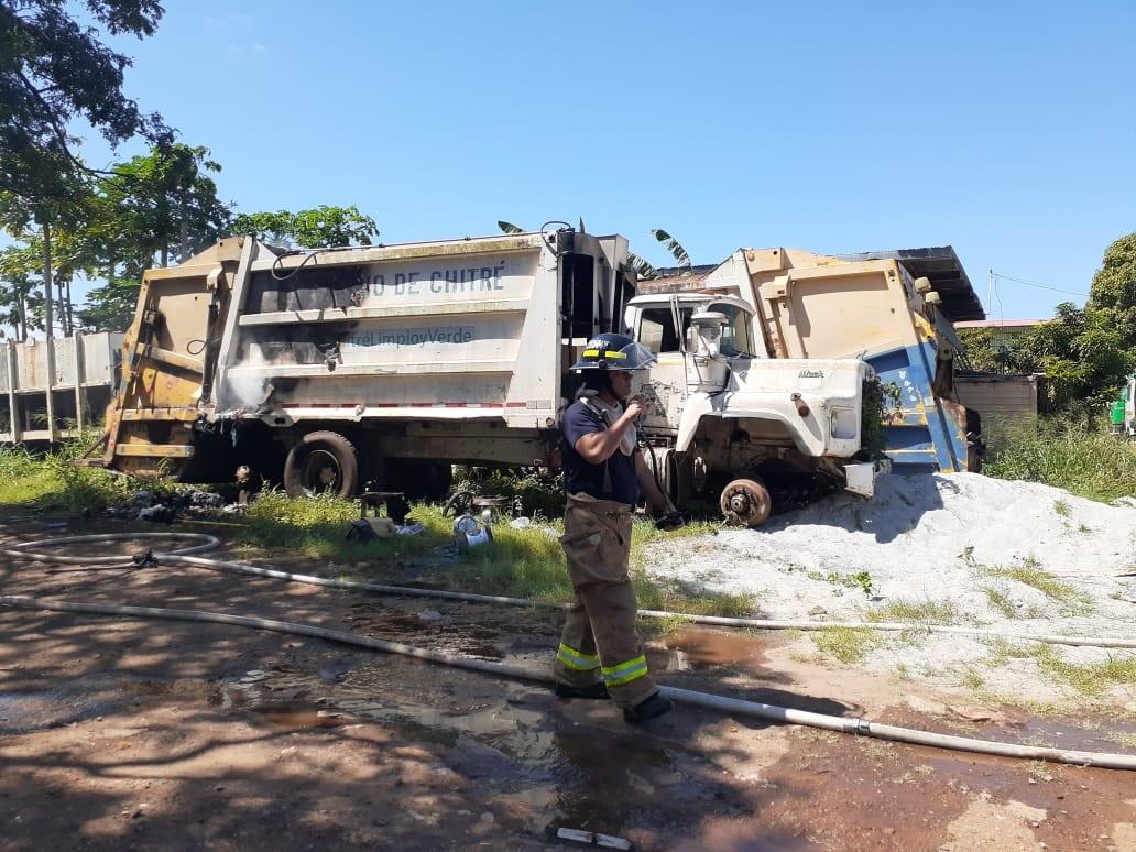 Se incendia camión compactador de basura en galera municipal en Chitré