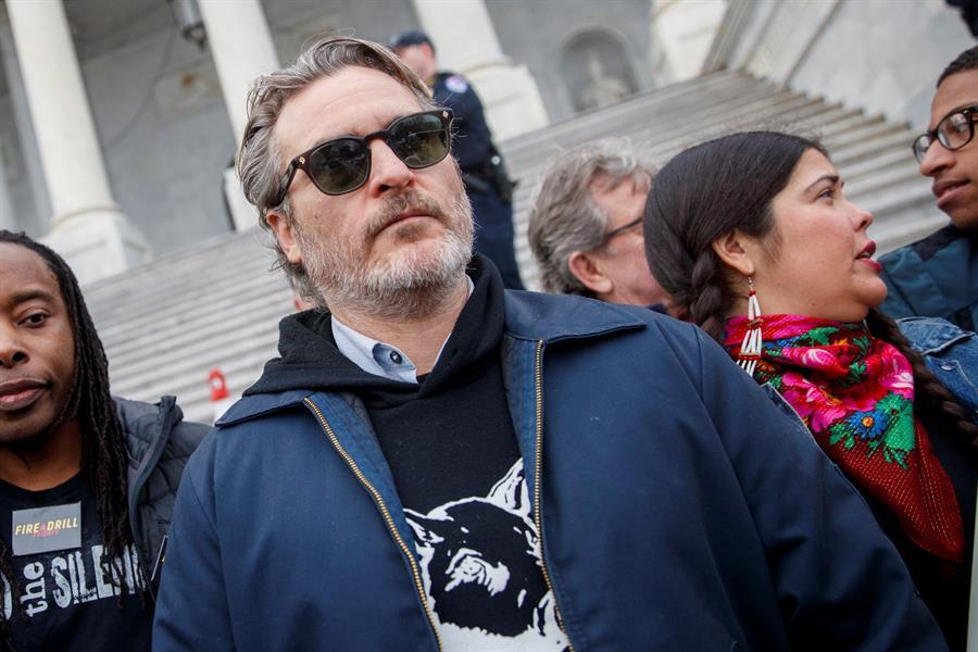 Joaquin Phoenix y Martin Sheen fueron arrestados en una manifestación por el clima