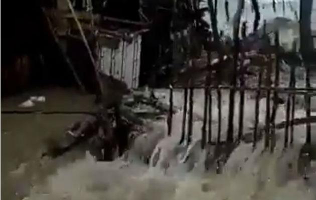 Fuertes oleajes azotan varias viviendas en Guna Yala