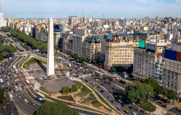 Argentina aumenta $66 a los funcionarios que ganan hasta $1,000