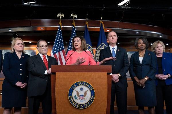 Cámara de Representantes aprueba remitir al Senado los dos cargos contra el presidente Donald Trump