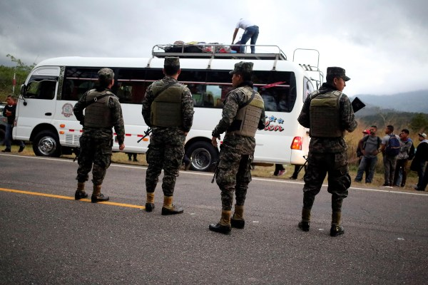 Policía guatemalteca detiene el avance de los migrantes hondureños
