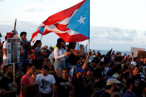 Puertorriqueños exigen la renuncia de la gobernadora Wanda Vásquez