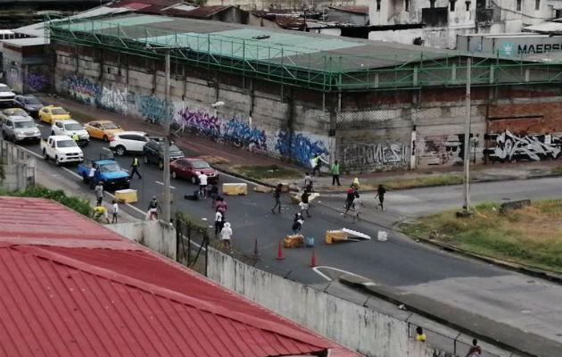 Residentes de Curundú cierran vía para exigir soluciones habitacionales