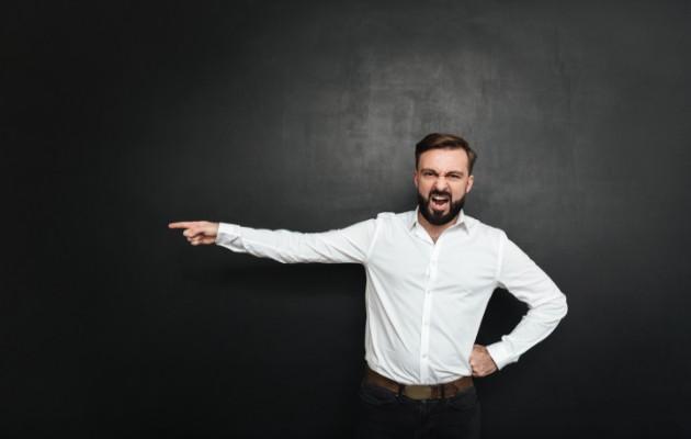Cómo manejar a un empleado terco, defensivo o desafiante