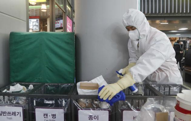 En Wuhan, la gente compra mascarillas, gafas protectoras y batas para protegerse. Foto: AP.