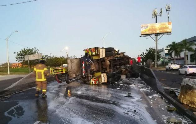 Del impacto, el vehículo pesado quedó volteado. Foto: Diómedes Sánchez S.