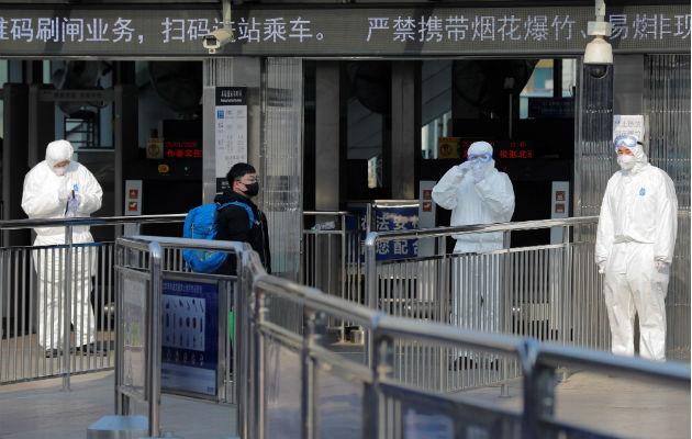 Médicos militares chinos arriban al aeropuerto de Wuhan con medicamentos y equipos. Foto: EFE.