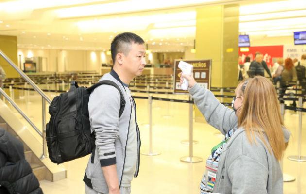 Viajeros procedentes de Asia deben firmar encuesta obligatoria de salud