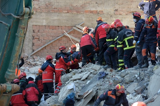 Aumentan a 35 los muertos por el terremoto en Turquía, pero sigue el rescate