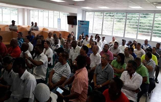 Taxistas de turismo molestos porque le niegan acceso a puerto de cruceros en Colón