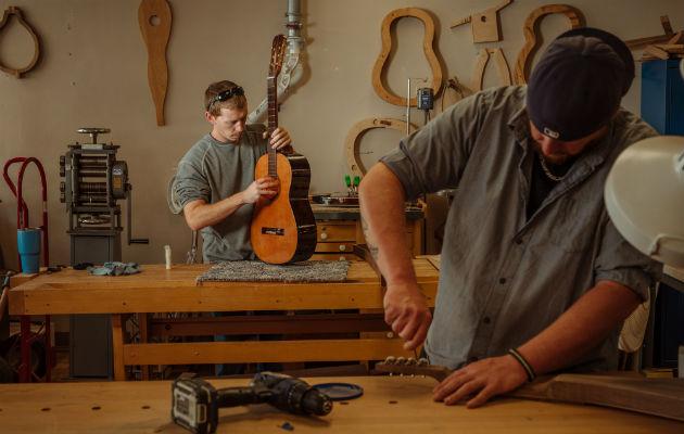 Superan adicción elaborando instrumentos de cuerda