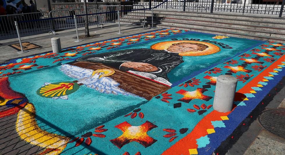 San Juan Bosco es venerado con una gran alfombra de sal, en la Basílica de Calidonia