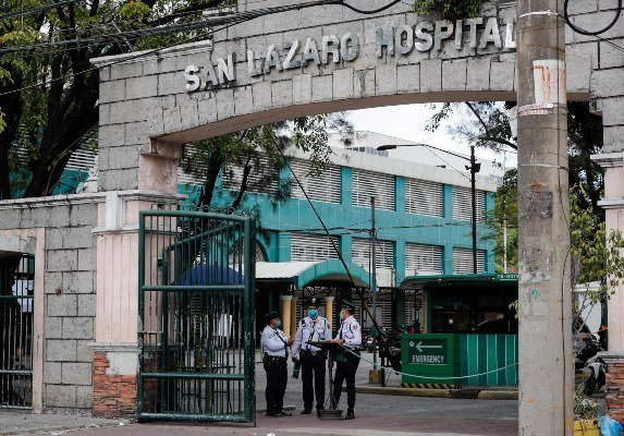 - El personal de seguridad hace guardia en una entrada al Hospital San Lázaro, donde se confirmó la primera muerte por coronavirus fuera de China, en Manila, Filipinas. FOTO/AP