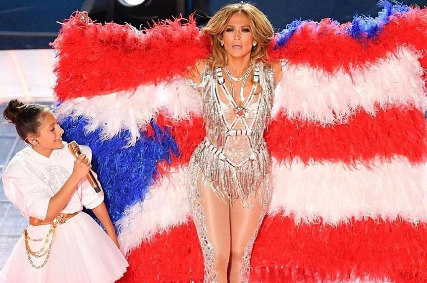 Jennifer Lopez recibe críticas por usar plumas de aves en el Super Bowl