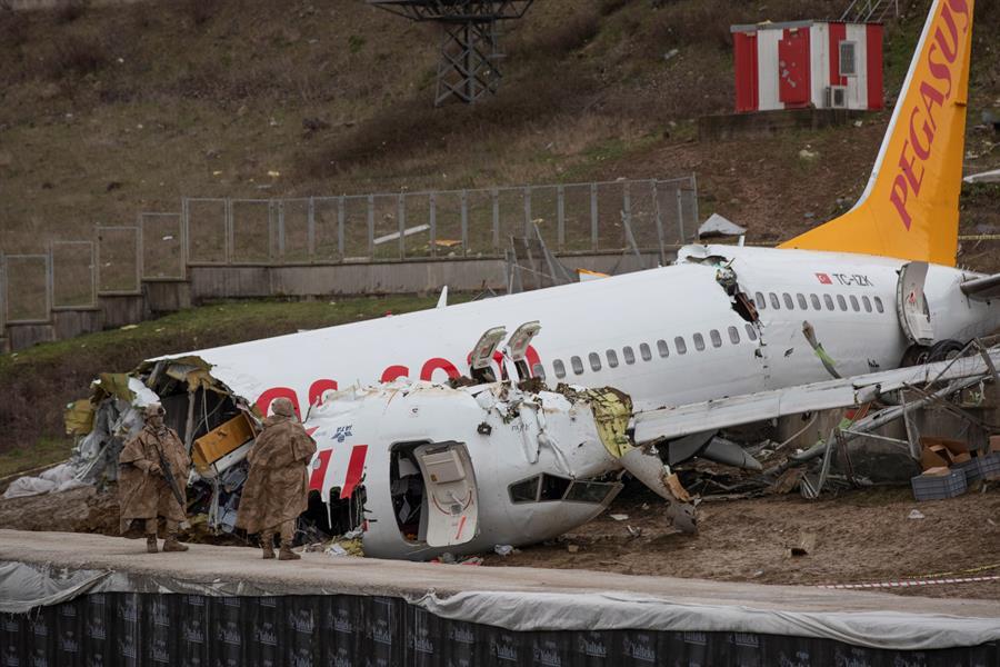 Investigan las causas del accidente del avión siniestrado en Estambul que dejó tres muertos
