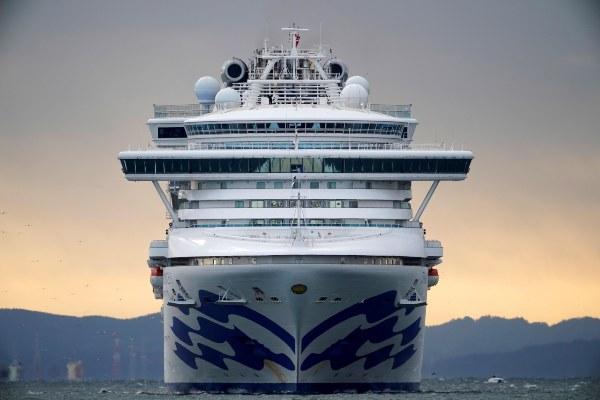 Coronavirus convierte en pesadilla las vacaciones de miles de personas en dos cruceros de placer