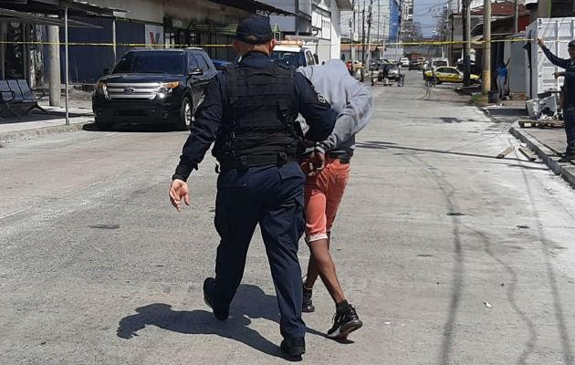 El presunto sicario fue detenido por unidades policiales. Foto: Diómedes Sánchez.