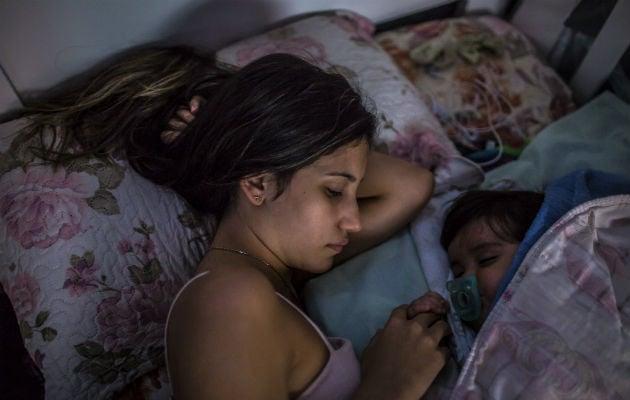 """Laryssa Pereira de Souza, de 15 años, con su hijo en casa. """"Casi todas mis amigas se embarazaron"""", dijo. Foto / Dado Galdieri para The New York Times."""