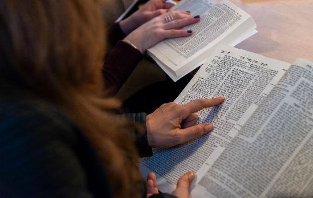 """Daf Yomi, o """"una página al día"""" en hebreo, es el estudio de un texto judío arcaico. Foto / Daniel Rolider para The New York Times."""