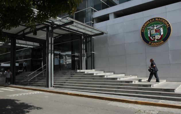Contraloría mantiene suspensión de salarios a 16 diputados suplentes que laboran en otras entidades