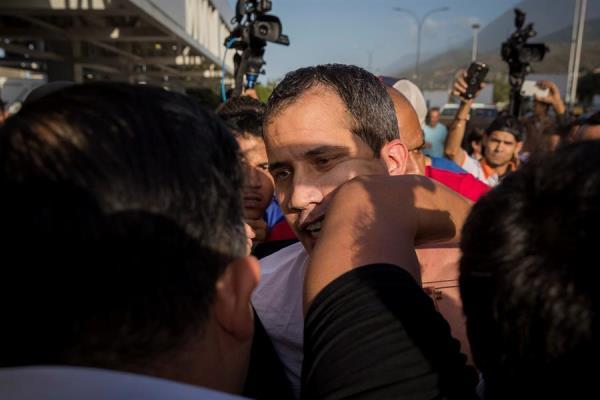 Juan Guaidó promete más presión contra Maduro luego de ser recibido a golpes en el aeropuerto