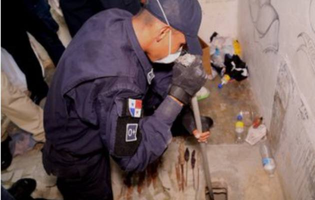Drogas, armas punzocortantes y celulares decomisa la Policía Nacional dentro de La Joyita