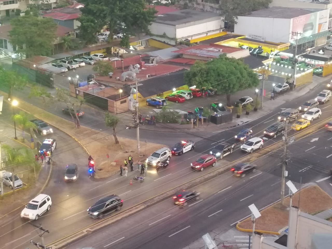 Roban planilla, huyen en moto y colisionan, pero abordan taxi para volver a escapar