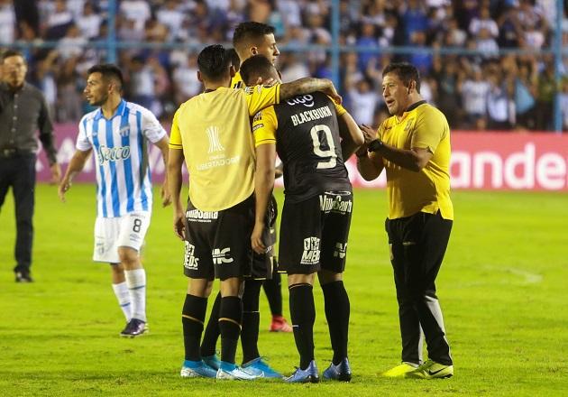 Rolando Blackburn es  muy criticado por  fallar penal que elimina a The Strongest de la Libertadores