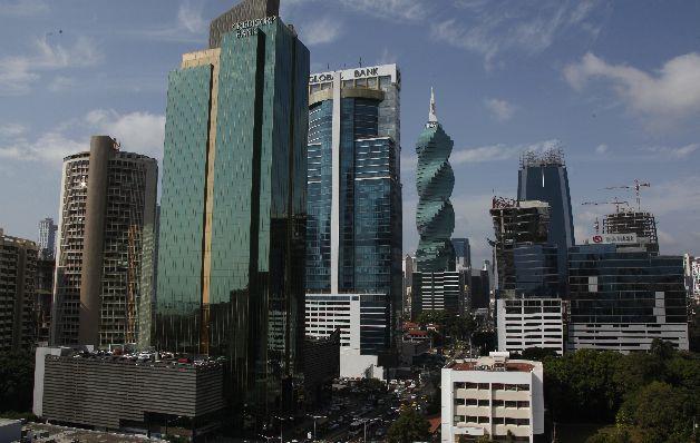 Fitch Ratings baja calificación de riesgo de estable a negativo para bancos panameños