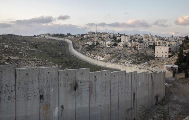 Abu Dis, separado de Jerusalén por un muro largo, es parte de la capital palestina propuesta. Foto / Dan Balilty para The New York Times.
