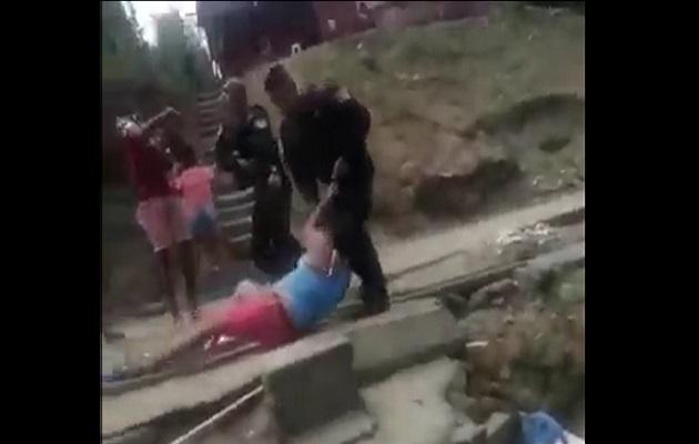 [Video] Increíble, golpean, les gritan e insultan a policías en San Miguelito