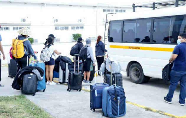 Jóvenes repatriados de China vuelven a sus hogares tras 14 días de aislamiento