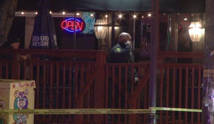 La policía investiga la escena de un tiroteo en el Majestic Lounge, en Hartford, Connecticut, FOTO/AP
