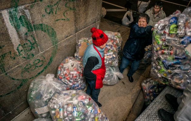 Recolectar latas, una manera de ganarse la vida